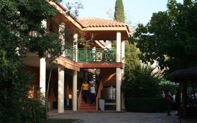 Layos Hostel - Camp вид на фасад