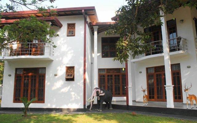 Отель Mahakumara White House Hotel Шри-Ланка, Калутара - отзывы, цены и фото номеров - забронировать отель Mahakumara White House Hotel онлайн вид на фасад