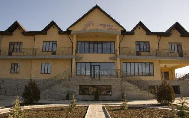 Отель Akmaral Кыргызстан, Каракол - отзывы, цены и фото номеров - забронировать отель Akmaral онлайн вид на фасад