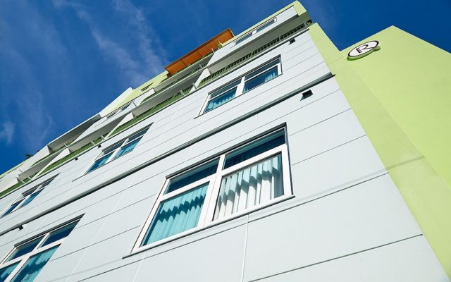 R Hotel Kingston вид на фасад