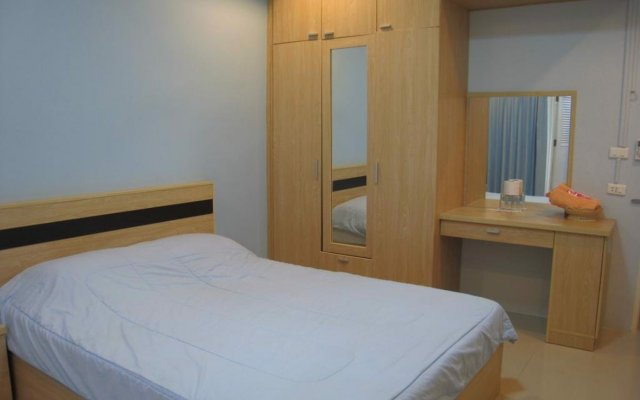 Апартаменты C.S. Poonpol Apartment комната для гостей
