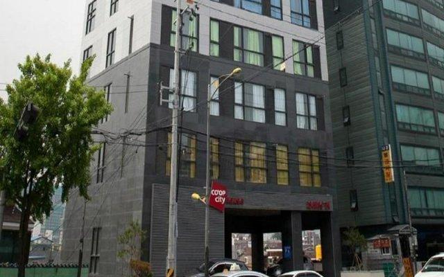 Отель Co-Op Cityhouse вид на фасад