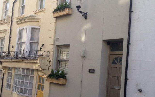 Апартаменты Ei8ht Brighton Apartments - Guest house вид на фасад