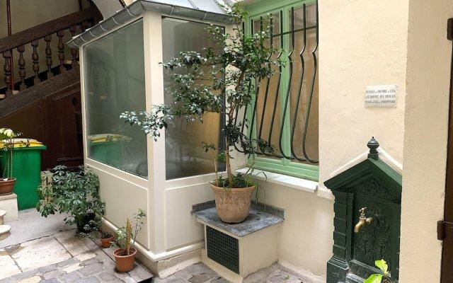 Апартаменты Lovely studio heart of Le Marais Париж вид на фасад