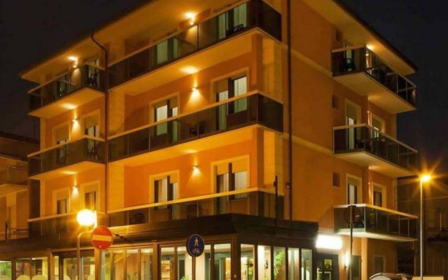 Hotel Ostuni Римини вид на фасад