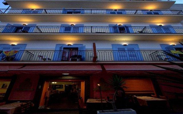 Отель Hostal Ferrer Испания, Сан-Антони-де-Портмань - отзывы, цены и фото номеров - забронировать отель Hostal Ferrer онлайн вид на фасад