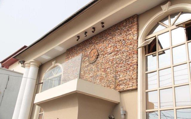 Отель Lakeem Suites Adebola вид на фасад