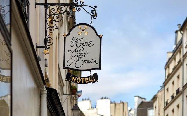 Отель Hôtel du Petit Moulin вид на фасад