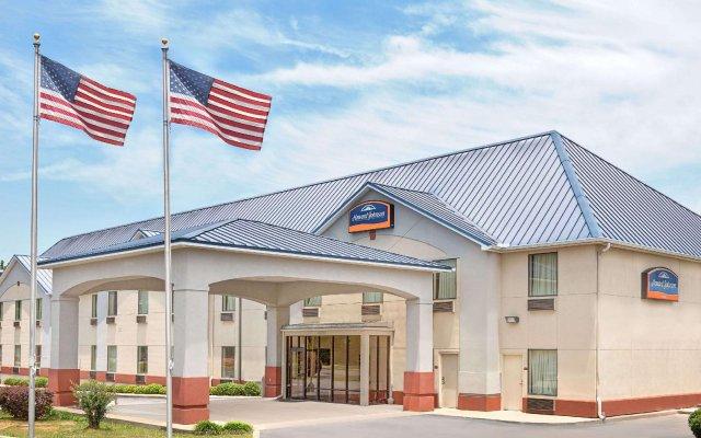 Отель Howard Johnson by Wyndham University of Alabama Tuscaloosa вид на фасад