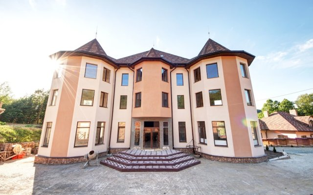 Отель Letizia Country Club Хуст вид на фасад