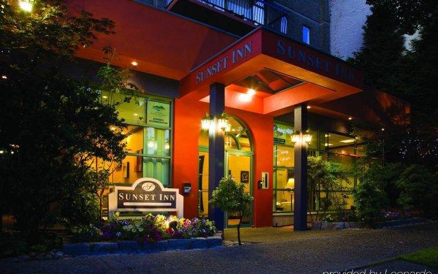 Отель Sunset Inn and Suites Канада, Ванкувер - отзывы, цены и фото номеров - забронировать отель Sunset Inn and Suites онлайн вид на фасад