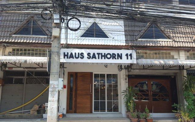 Отель Haus Sathorn 11 Bed & Breakfast Бангкок вид на фасад