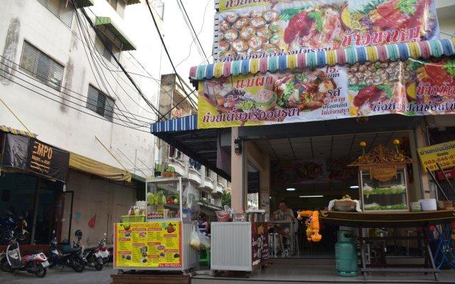 Empo Hostel At 30 Onnut Бангкок вид на фасад