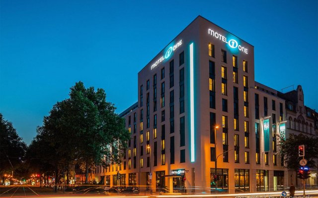 Отель Motel One Düsseldorf Hauptbahnhof вид на фасад