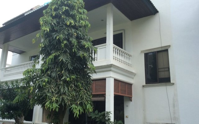 Апартаменты Baan Somprasong Apartment - Na Jomtien На Чом Тхиан вид на фасад