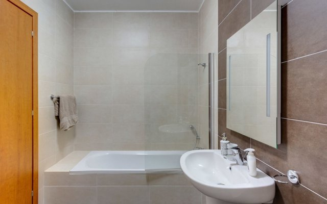 Апартаменты Centric and Spacious Apartment With Wifi and Balcony Гзира
