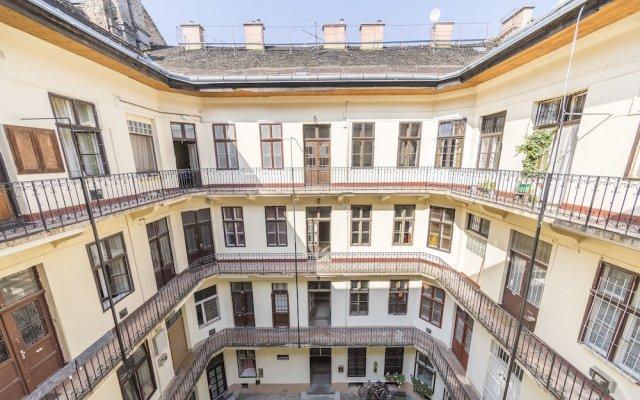 Апартаменты Chic Tarragon Apartments