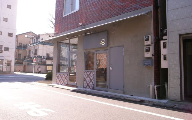 Отель KITSUNE SHIPPO - Hostel Япония, Токио - отзывы, цены и фото номеров - забронировать отель KITSUNE SHIPPO - Hostel онлайн вид на фасад