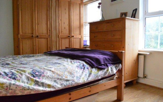 Отель 3 Bedroom Family Home Near The DLR комната для гостей