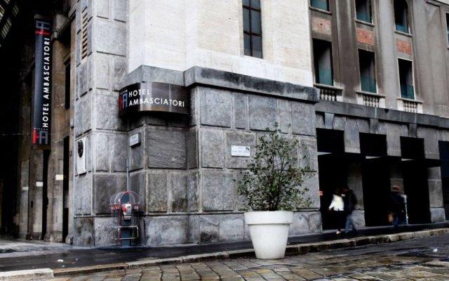 Отель IH Hotels Milano Ambasciatori вид на фасад