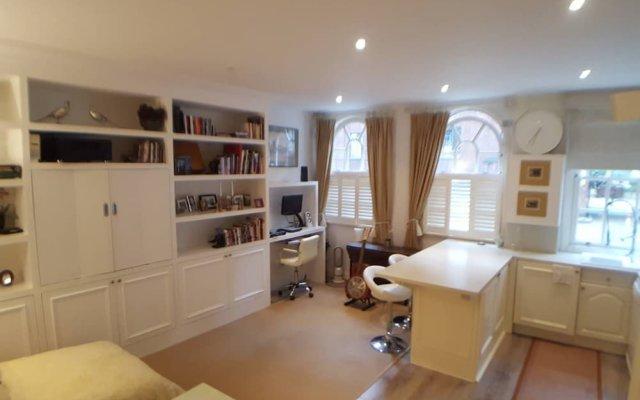 Отель Cosy Central 1 Bedroom Flat With Shared Roof Terrace & Gym Лондон комната для гостей