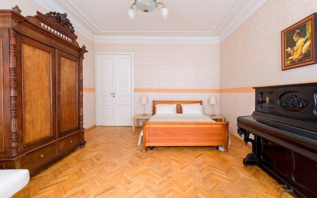 Отель City of Rivers Near Hermitage 4 Rooms Санкт-Петербург комната для гостей