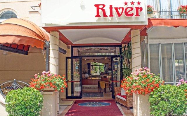 Hotel River Римини вид на фасад