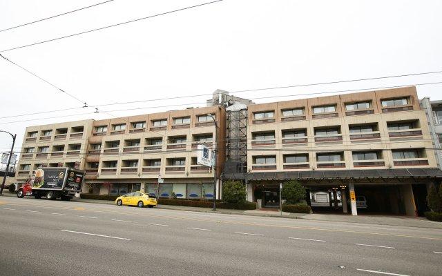 Отель Atrium Inn Vancouver Канада, Ванкувер - отзывы, цены и фото номеров - забронировать отель Atrium Inn Vancouver онлайн вид на фасад
