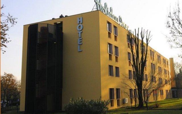 Отель Holiday Inn Milan Linate Airport Италия, Пескьера-Борромео - отзывы, цены и фото номеров - забронировать отель Holiday Inn Milan Linate Airport онлайн вид на фасад