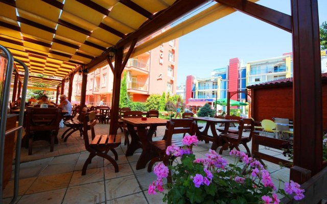 Отель Menada Rainbow Apartments Болгария, Солнечный берег - отзывы, цены и фото номеров - забронировать отель Menada Rainbow Apartments онлайн вид на фасад