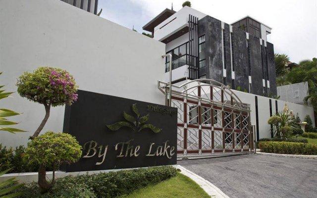Отель By The Lake Villas вид на фасад