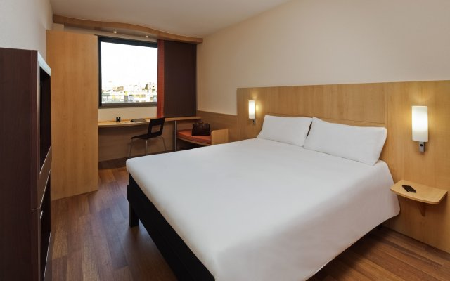 Отель ibis Barcelona Pza Glories 22 Испания, Барселона - 7 отзывов об отеле, цены и фото номеров - забронировать отель ibis Barcelona Pza Glories 22 онлайн комната для гостей