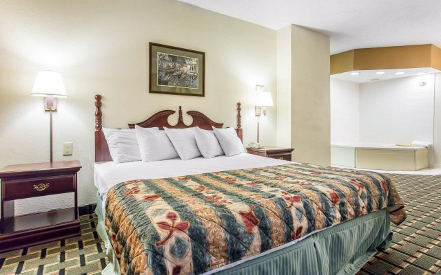 Econo Lodge Inn & Suites 2