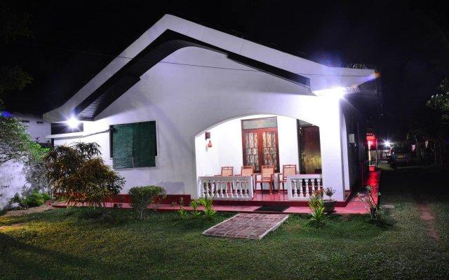 Отель Avon Hikkaduwa Guest House Шри-Ланка, Хиккадува - отзывы, цены и фото номеров - забронировать отель Avon Hikkaduwa Guest House онлайн вид на фасад