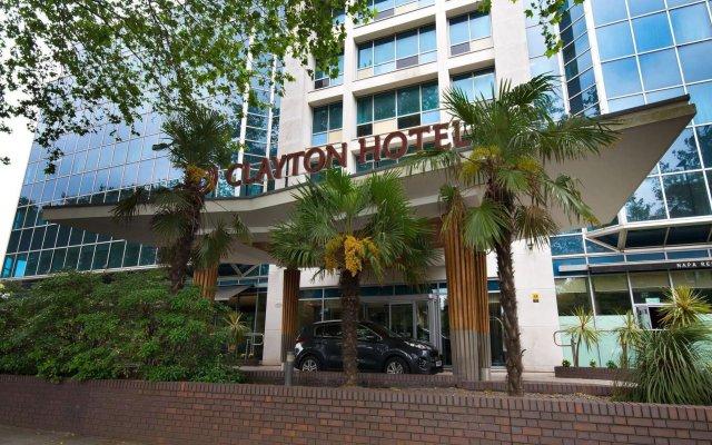 Clayton Hotel Chiswick вид на фасад