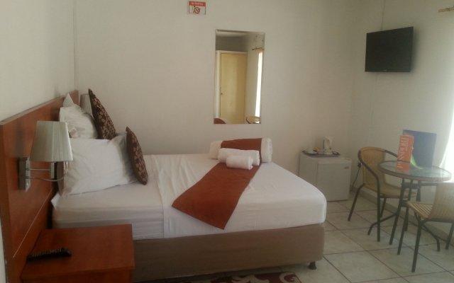 Отель Broadhurst Inn Габороне комната для гостей