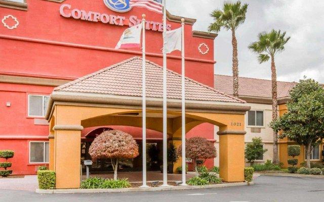 Отель Comfort Suites Tulare вид на фасад