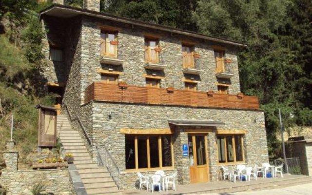 Отель Hostal Les Roquetes Керальбс вид на фасад