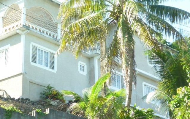 Отель East Bay Villas вид на фасад