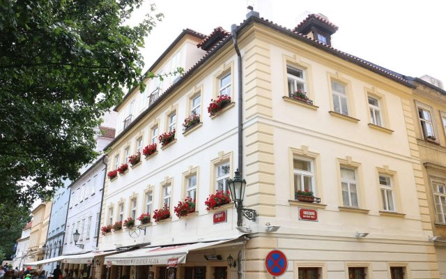 Отель U Zlatych nuzek Чехия, Прага - отзывы, цены и фото номеров - забронировать отель U Zlatych nuzek онлайн вид на фасад