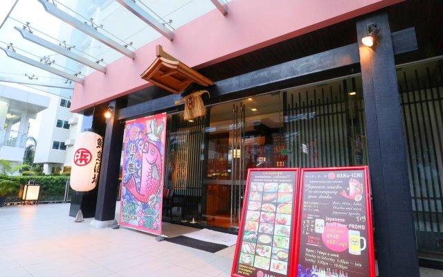 Отель Legacy Suites Sukhumvit by Compass Hospitality Таиланд, Бангкок - 2 отзыва об отеле, цены и фото номеров - забронировать отель Legacy Suites Sukhumvit by Compass Hospitality онлайн вид на фасад