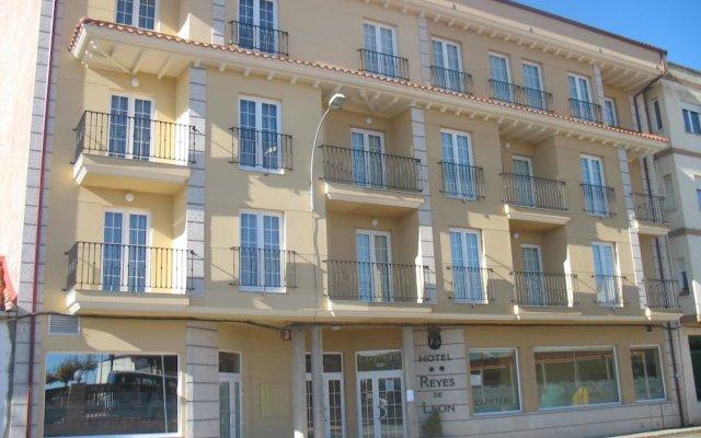 Hotel Reyes de León вид на фасад