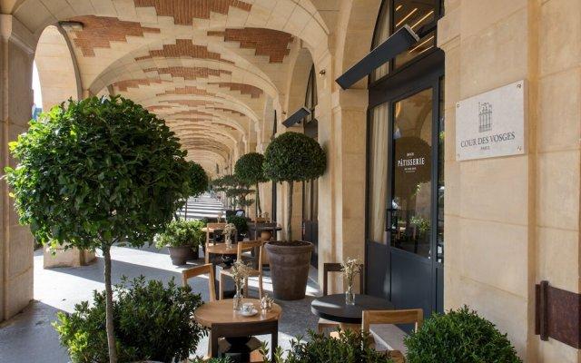Отель Cour Des Vosges Париж вид на фасад