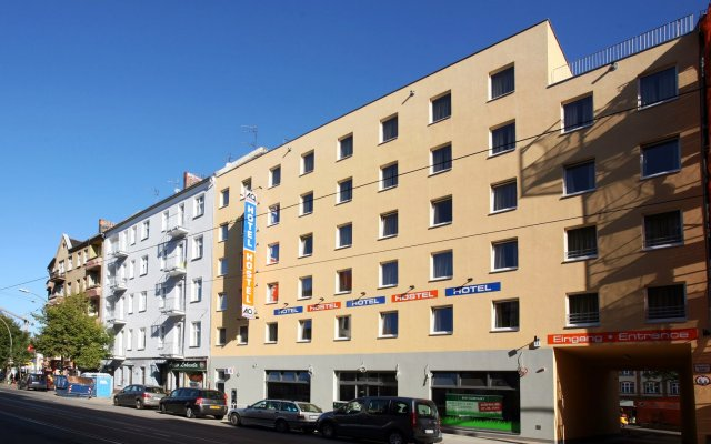 Отель A&O Berlin Friedrichshain вид на фасад