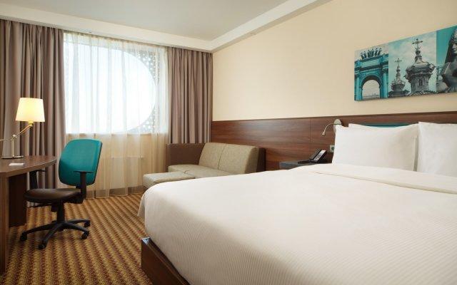 Отель Хэмптон бай Хилтон Санкт-Петербург Экспофорум комната для гостей