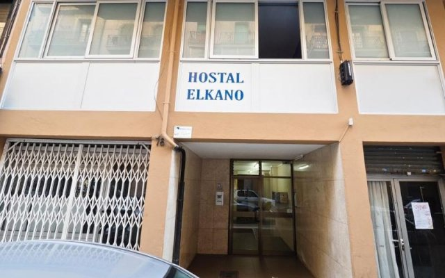 Отель Hostal Elkano Барселона вид на фасад