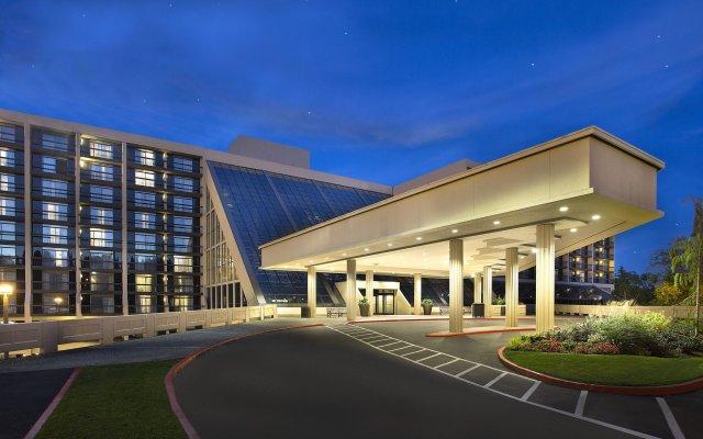 Отель Hilton Bellevue вид на фасад