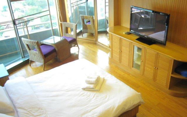 Апартаменты View Talay 1 by Pete Serviced Apartment Паттайя комната для гостей
