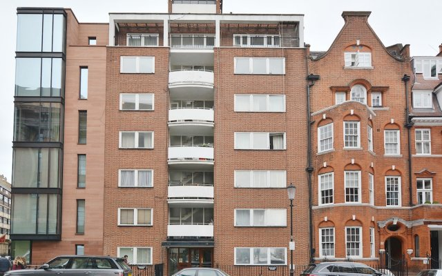 Апартаменты Hans Crescent Apartment Лондон вид на фасад