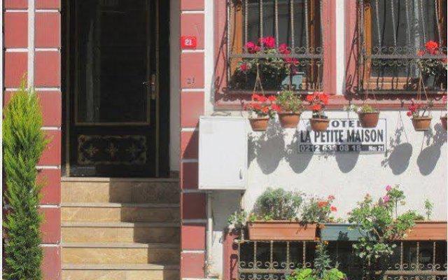 Отель La Petite Maison вид на фасад
